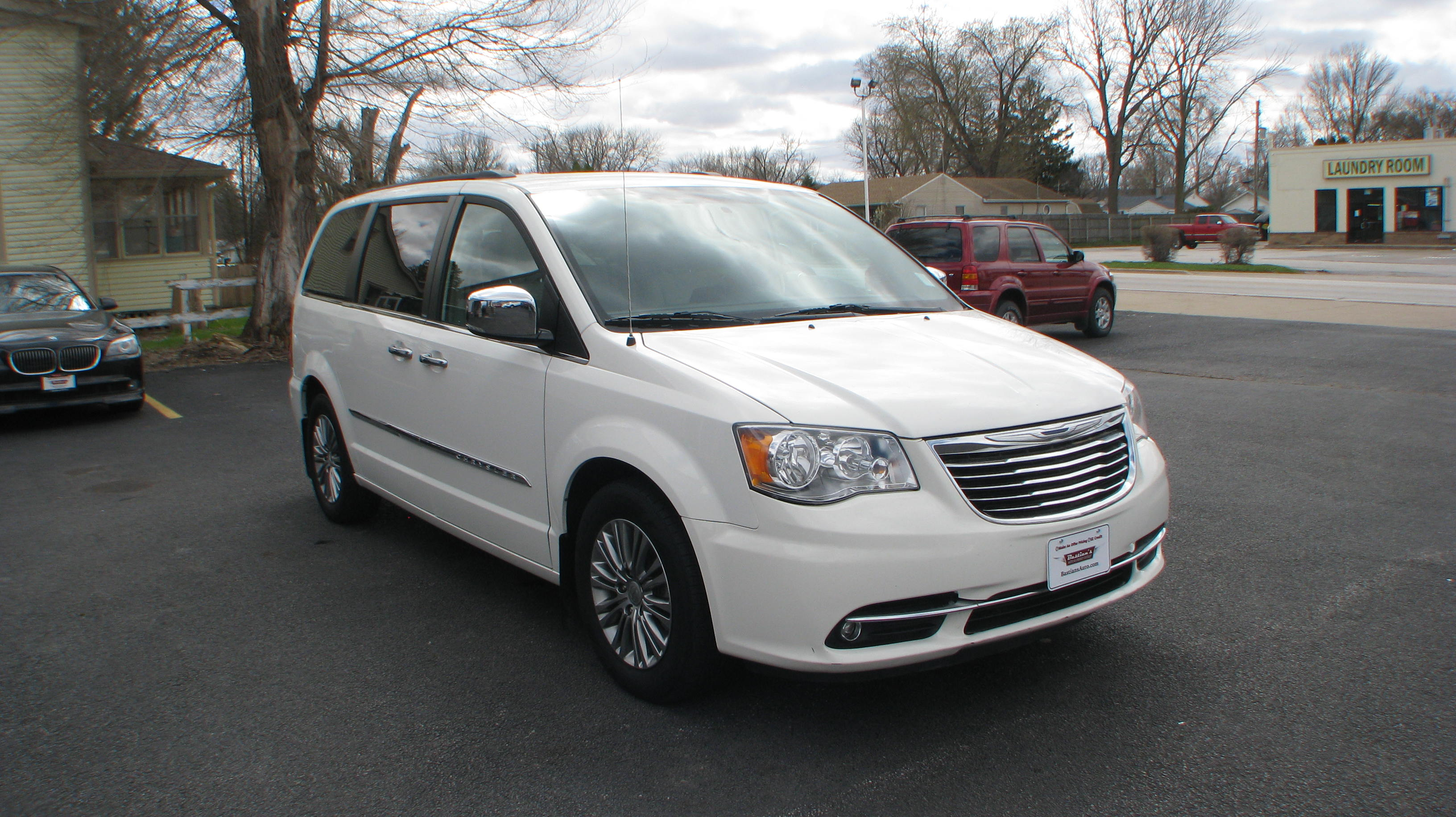 Pre-Owned 2013 Chrysler Town & Country 4d Wagon Touring L